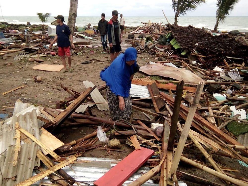 災民們在海嘯過後整理家園。法新社