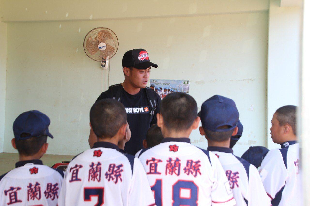 猿隊董子浩在今年關懷盃鼓勵三星國小學弟。記者葉姵妤/攝影