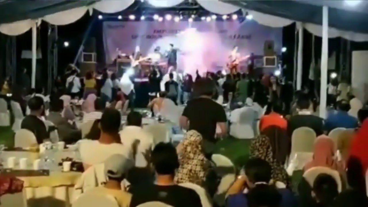 印尼Seventeen樂團22日晚間在印尼國營電力公司於爪哇島西岸海灘舉辦的年終...