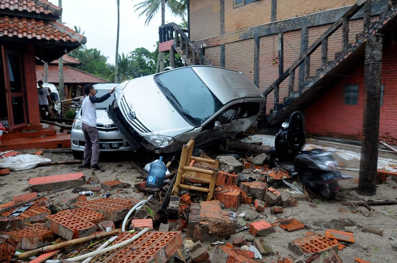 23日照片顯示,印尼爪哇島西北部西冷地區海嘯過後一片狼藉。(法新社)