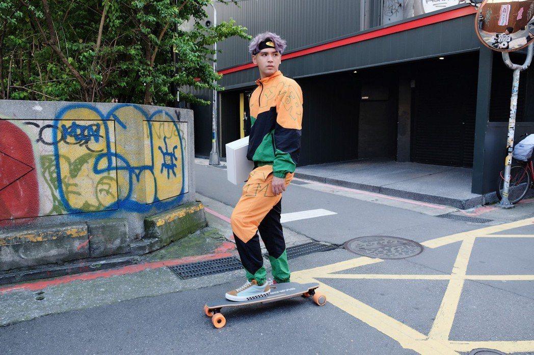 陳零九挑戰滑板。圖/滾石提供