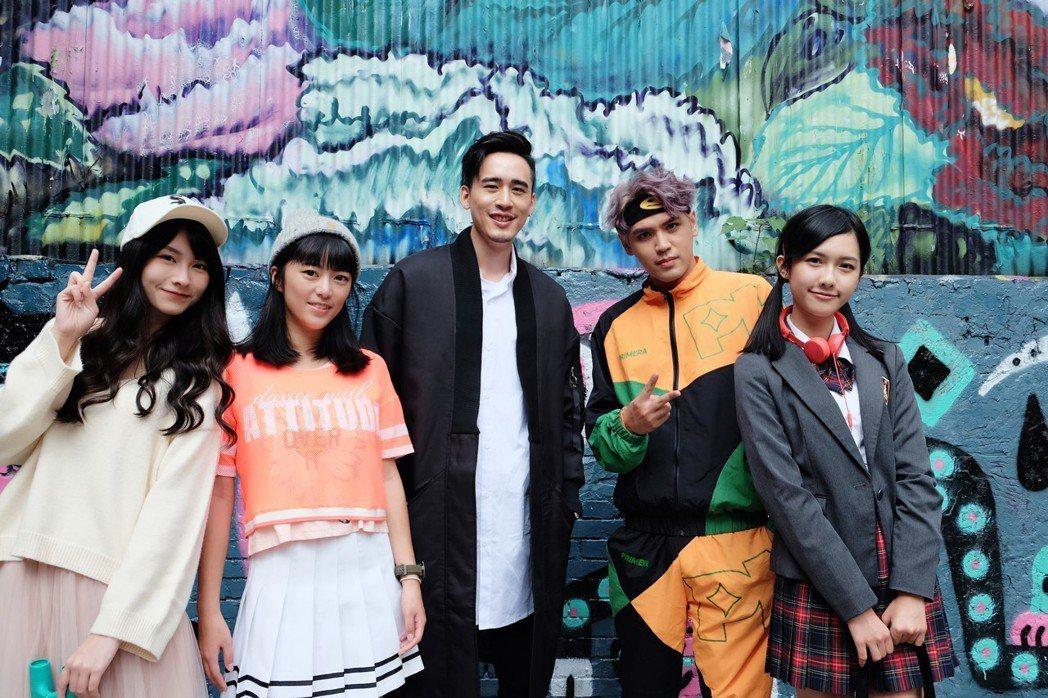 陳零九(右二)和麻吉弟弟(左三)合拍MV。圖/滾石提供
