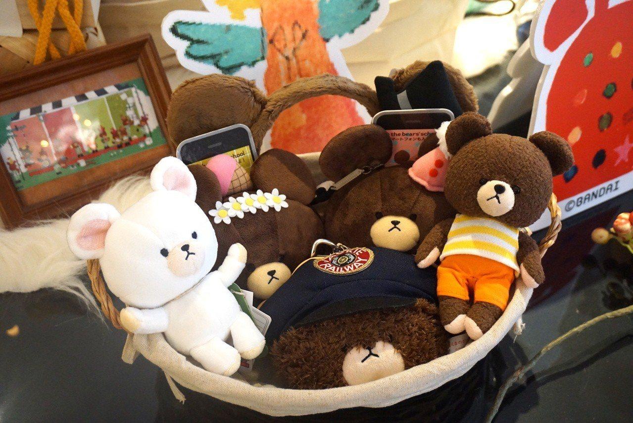 小熊學校最受歡迎的周邊商品,就是各式各樣的絨毛玩偶。記者黃筱晴/攝影
