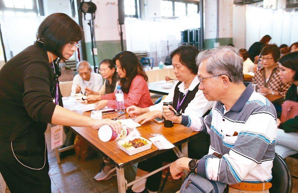 中華食源教育推廣協會發起人謝素麗加橄欖油為飲食調味。 記者徐兆玄/攝影