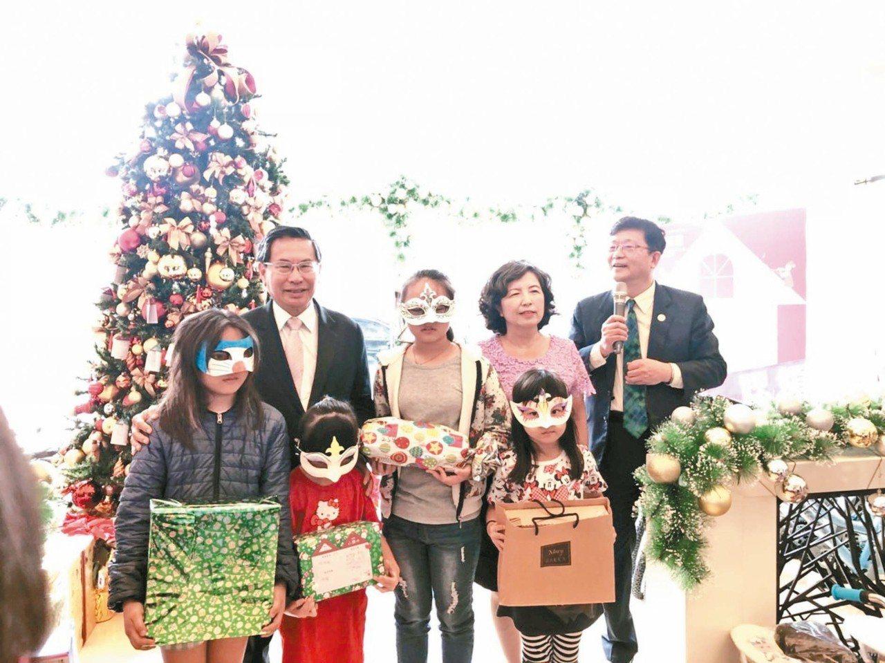 耐斯王子大飯店連續12年舉辦聖誕心願卡活動,450個孩童的心願背後各有感人故事。...