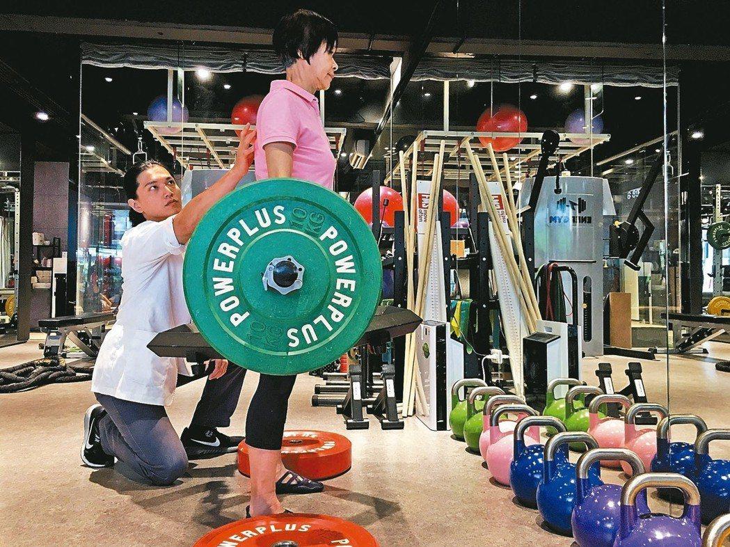 六十六歲張女士(右)因骨質疏鬆及肌力流失,過去體重僅四十二公斤,在物理治療師郭仕...