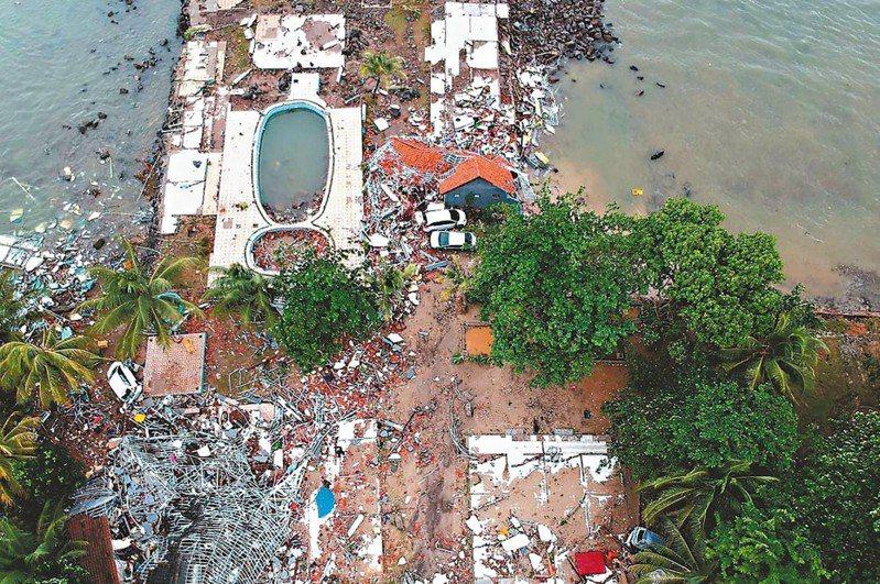 空拍畫面顯示,印尼爪哇西岸查麗達海灘遭海嘯襲擊後一片狼藉。 法新社