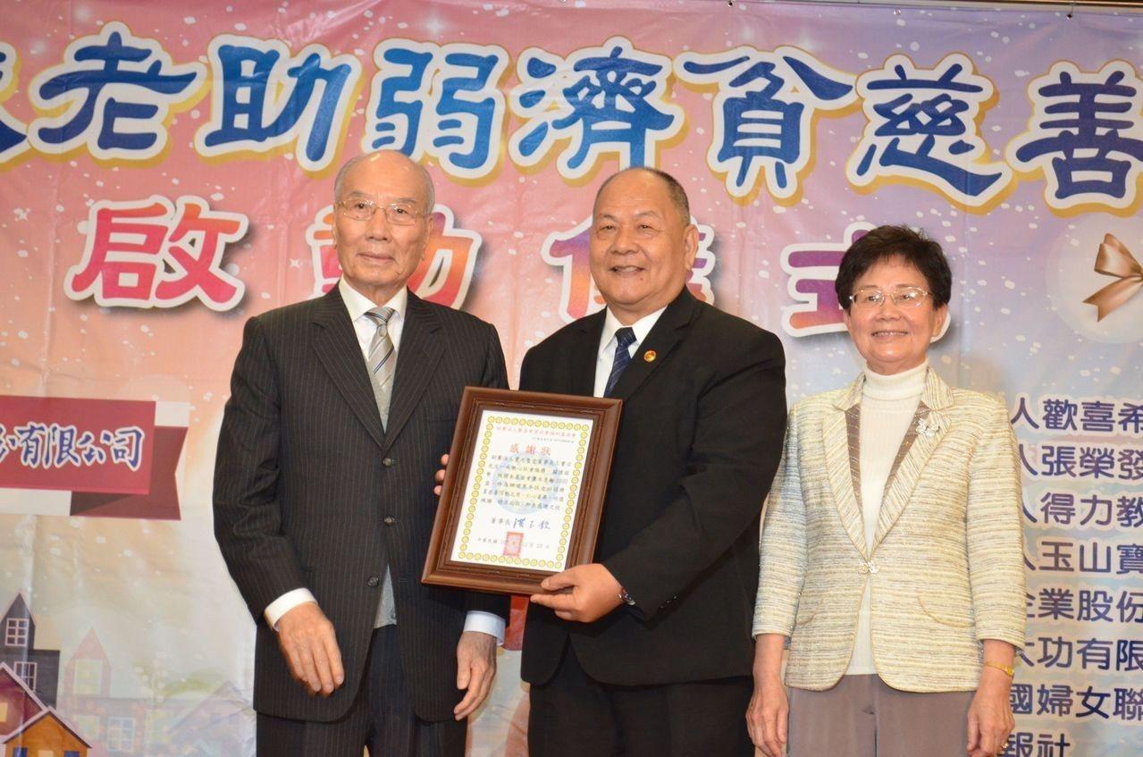 洪玉欽董事長(左)、沈美珠主委頒贈感謝狀後合影。 陳慧明 攝影
