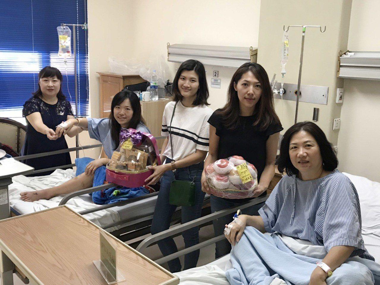 國人吳敏琪(左2)和家人赴印尼萬丹省旅遊遇海嘯受傷後脫困。她說,發生災難時,「我...
