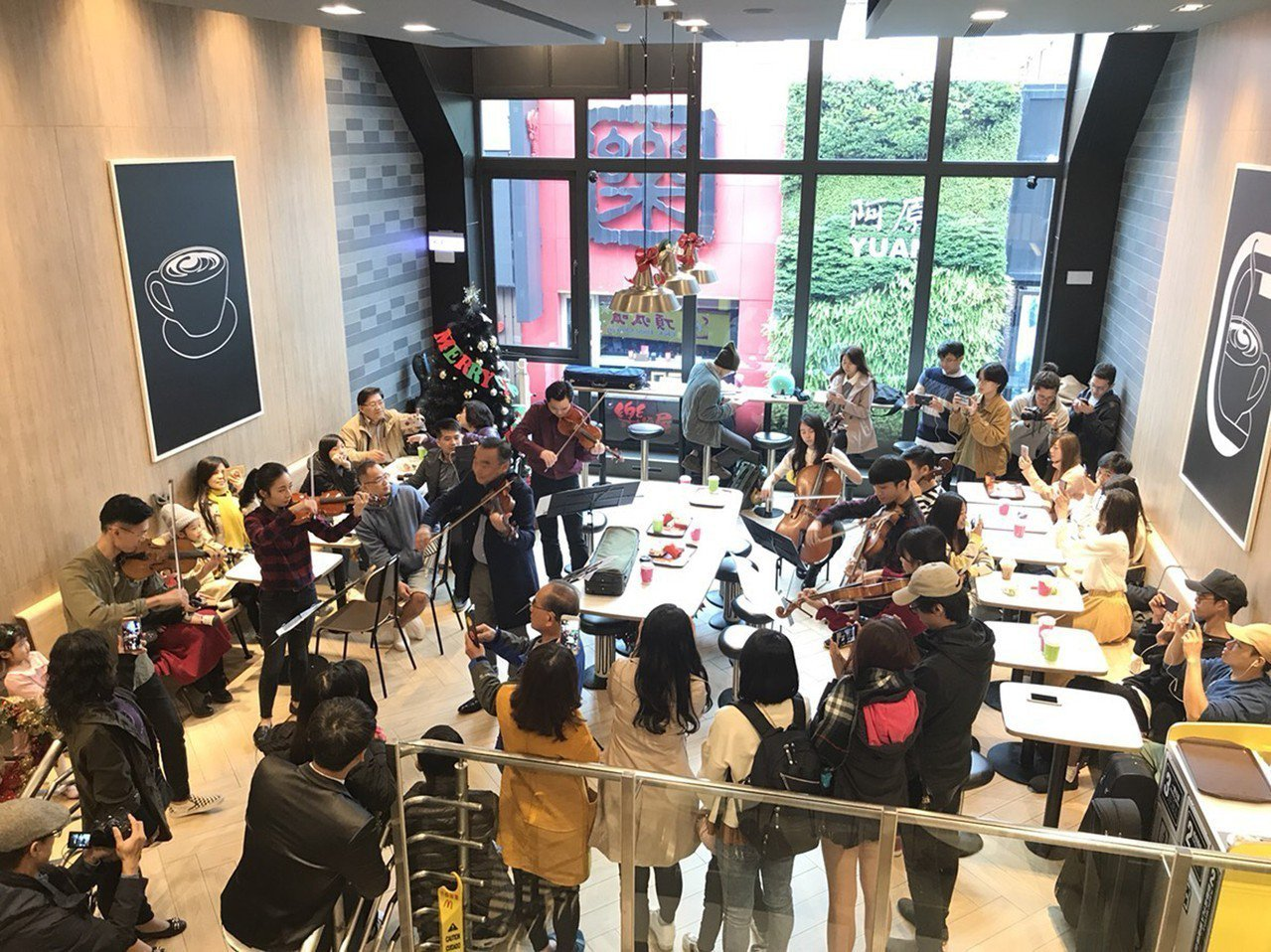 國際小提琴家林昭亮24日率團隊成員在知名連鎖速食店台北門市內快閃帶來音樂演出,讓...