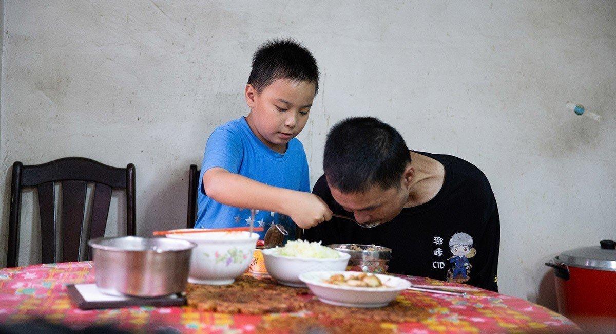 小四的阿泰,需要照顧漸凍人爸爸的生活起居,爸爸雙手無力,需要阿泰幫忙餵飯。 ...