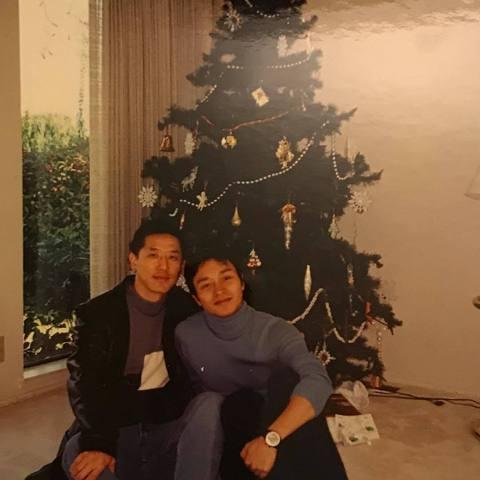 張國榮雖已過世15年,但他的男友唐鶴德仍在每年張國榮生日時,以及一些節慶的日子,在社群上分享張國榮的舊照,今年臨近聖誕節時,他也再度分享與張國榮的合照,引發網友的懷念之情。唐鶴德日前在IG上分享與張...