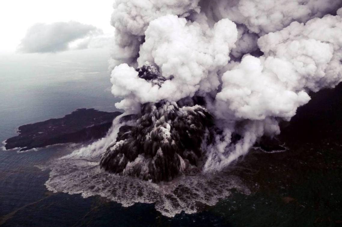 12月23日,海嘯過後隔日的「喀拉喀托之子火山」空拍照。 圖/路透社