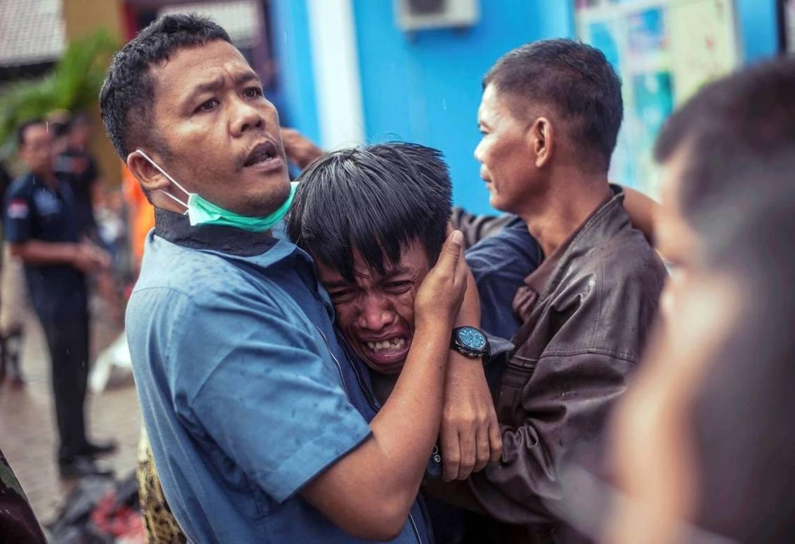 12月23日,萬丹省沿海重災區卡里塔(Crita)的災民,無法接受親友罹難的悲痛...