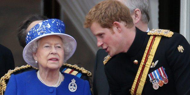 亨利王子曾送給自己的祖母一頂寫著「人生不就是個婊子嗎?」的浴帽當聖禮物。phot...