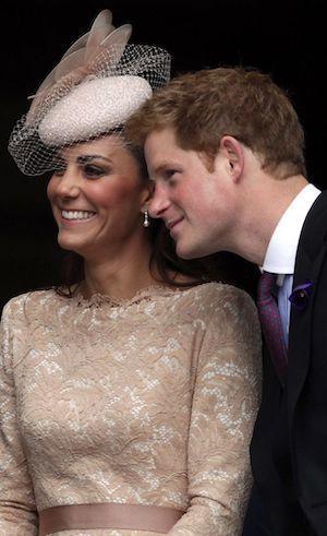 凱特王妃(左)則曾送出一個名為「自己的女朋友自己養」的玩具給當時仍單身的小叔亨利...