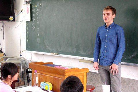 來自瑞士的約翰尼斯是第一位到大埤國中分享的沙發客。圖/沙發客來上課提供