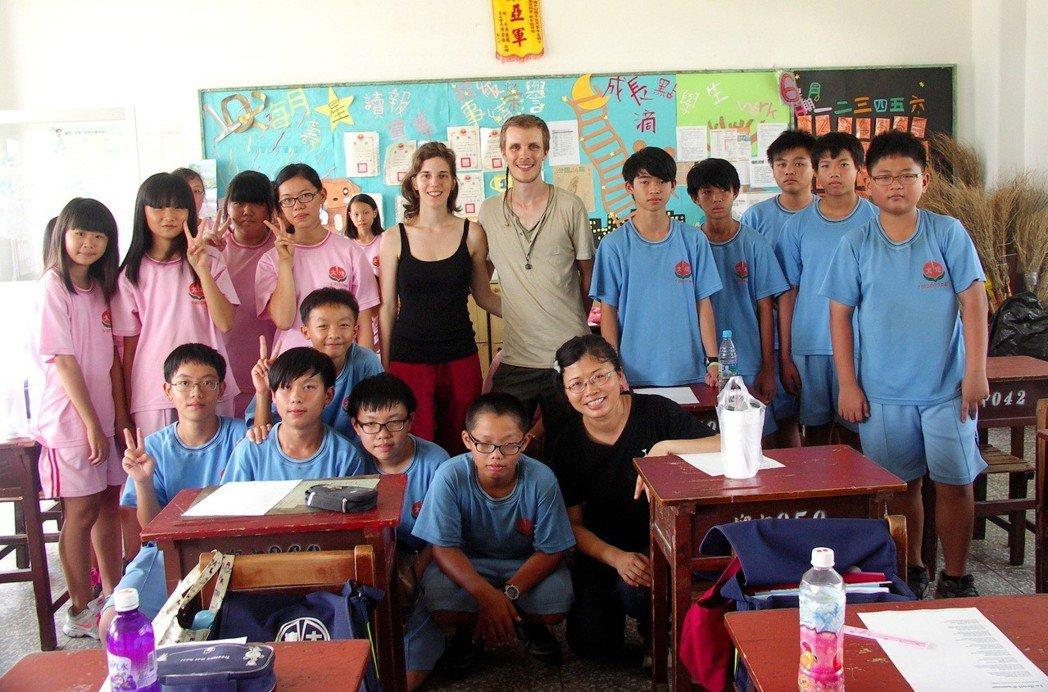 法國情侶昆丁、安藝向學生介紹法國,也教學生一點簡單的法文。圖/沙發客來上課提供