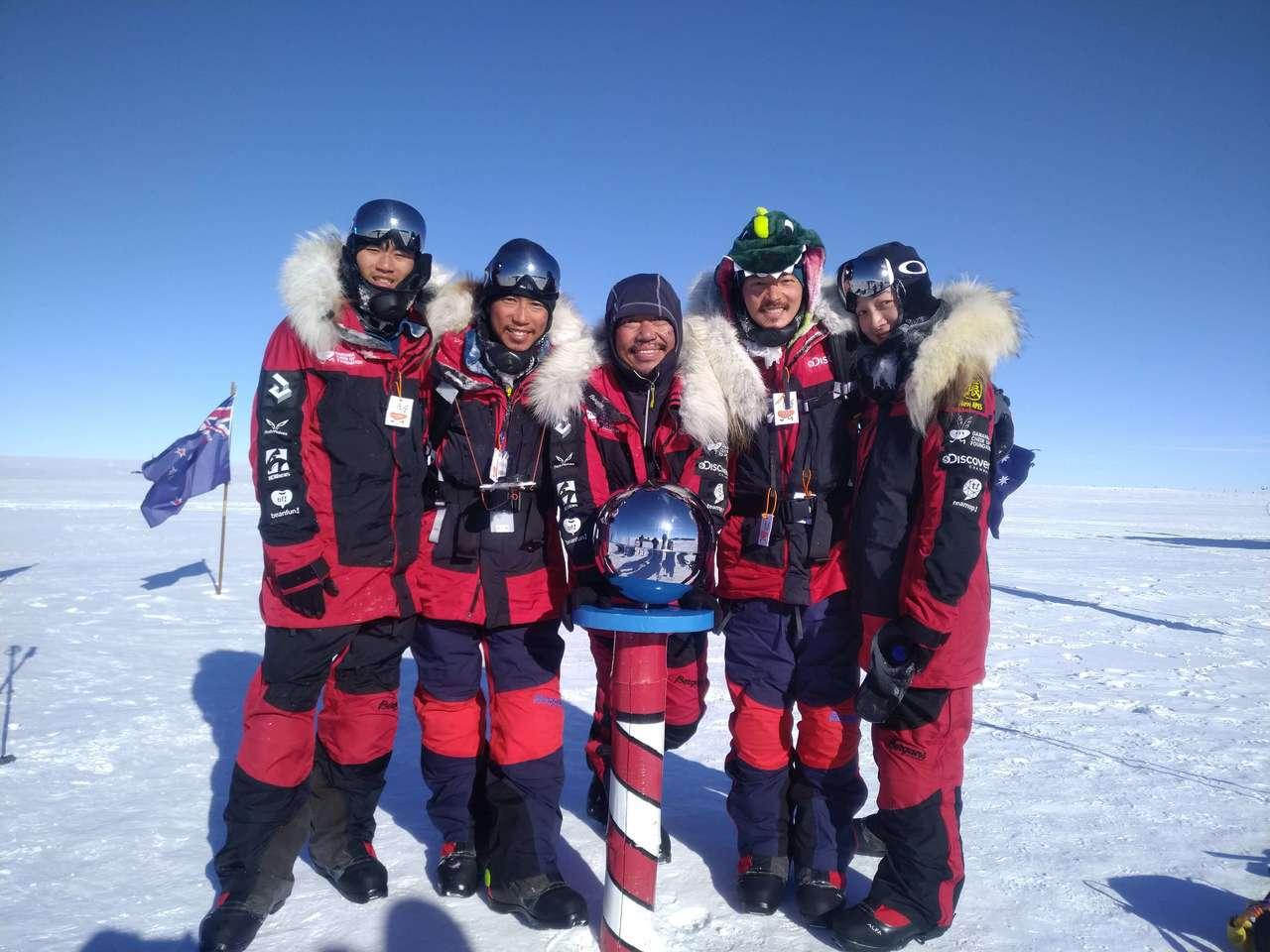 台灣首支南極長征隊成功抵達南極點。 橘子關懷基金會提供
