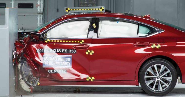 Lexus ES系列也獲得TSP+的殊榮。 摘自IIHS