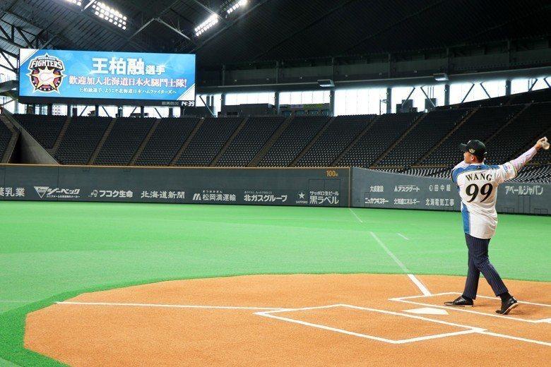 王柏融站上札幌巨蛋打擊區試揮棒。 圖/作者自攝