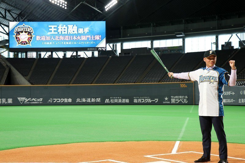 拿著心愛的綠色球棒,王柏融指向中外野,也許在未來他也能為中職指出另一條棒球職業路的可能。 圖/作者自攝