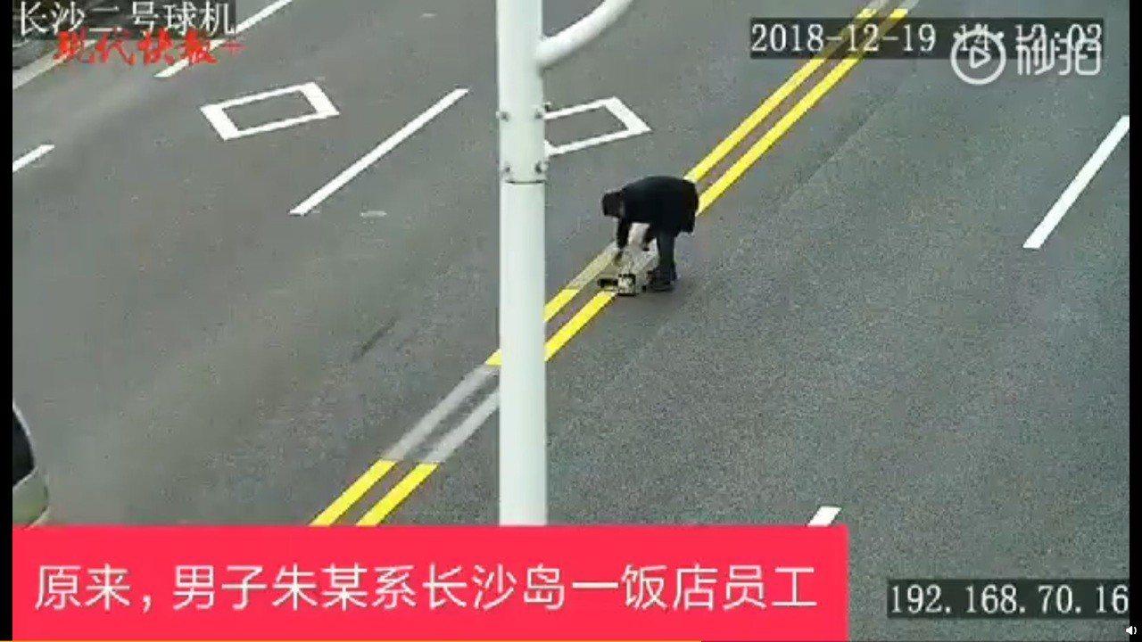 中國大陸蘇州一名飯店員工,因不滿道路雙黃實線阻擋車輛迴轉,造成客源減少,竟擅自拿...