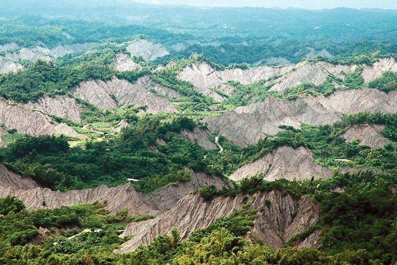 世界級的地景月世界,開發商眼中卻是廉價的土地成本,或將成為工業廢棄物的掩埋場。 圖/聯合報系資料照