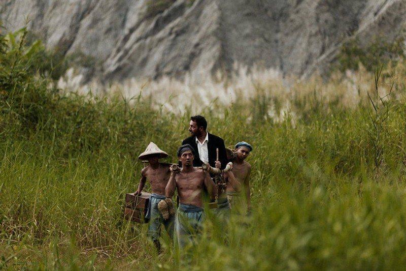 《影像之初》實驗電影劇照模擬湯姆生的攝影探險,當時的平埔族與漢人挑夫在惡地形。 圖/鄭立明授權提供