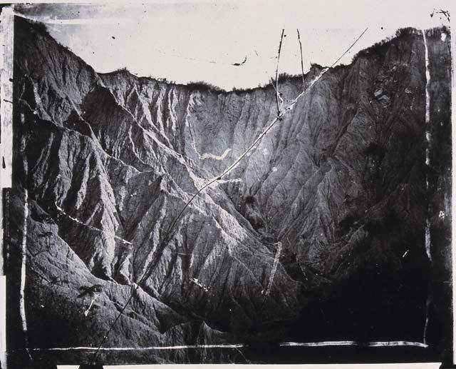湯姆生於1871年拍攝的月世界,照片似乎可見玻璃底片的裂痕。 圖/取自高雄歷史博物館