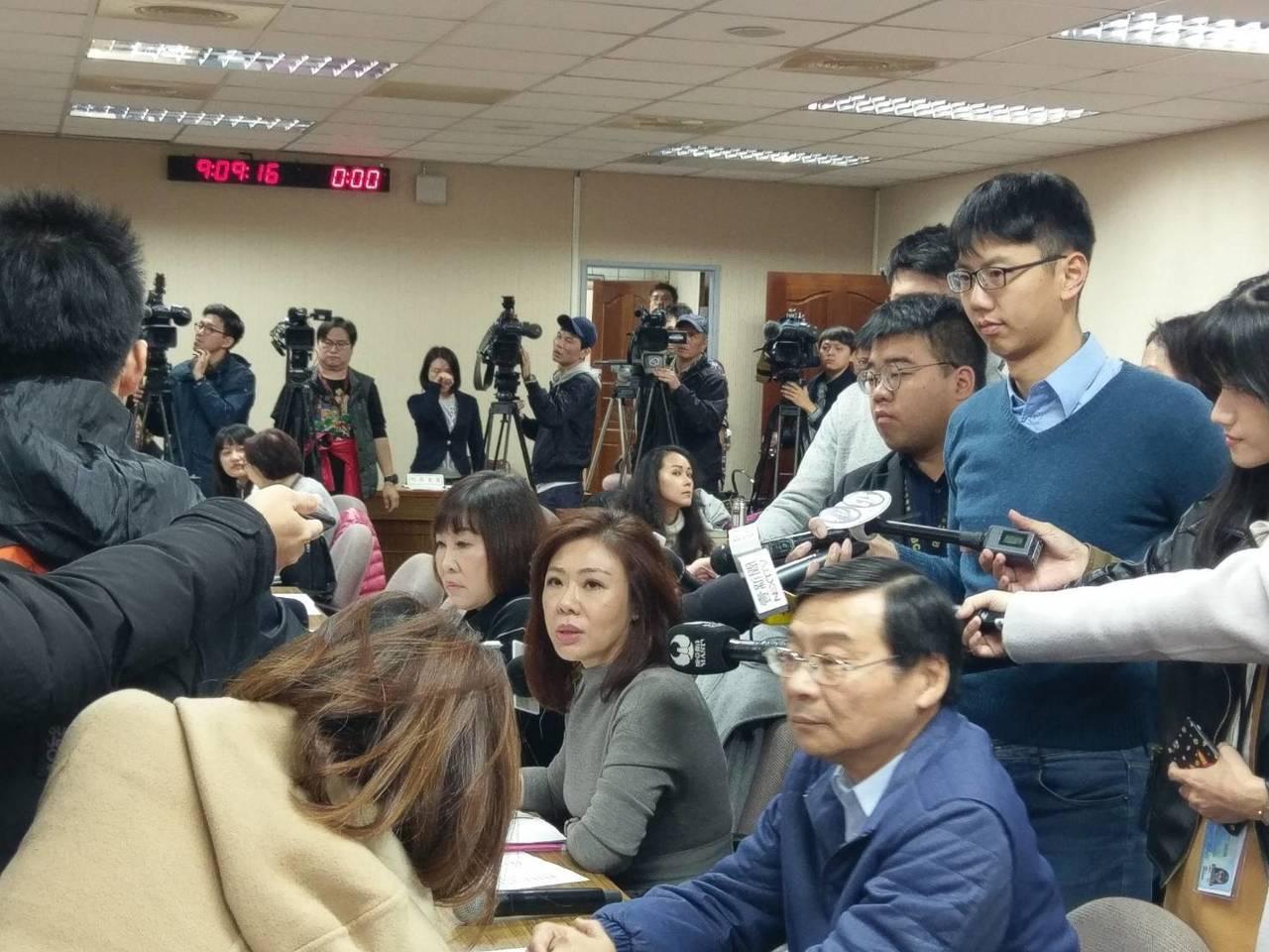 國民黨立委在外交國防委員會向外交部長吳釗燮表達不滿。記者徐偉真/攝影