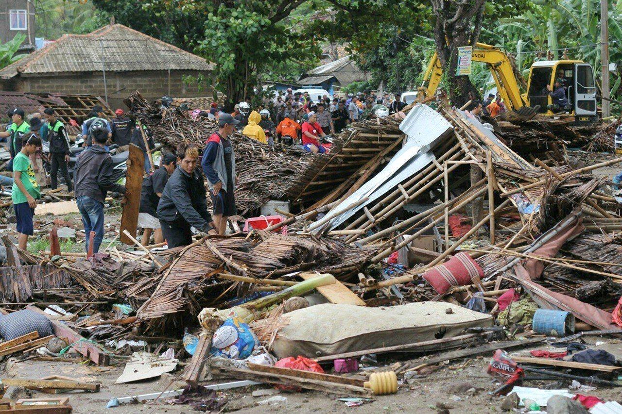 印尼西岸知名景點卡里塔(Carita)海灘遭海嘯襲擊後滿目瘡痍,居民23日查看房...