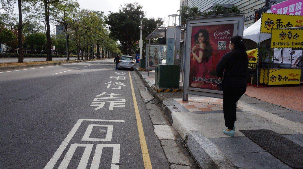 台中市交通局在新光三越、大遠百商圈的公車站,裝設智慧違規取締裝置,非公車靠近就會...
