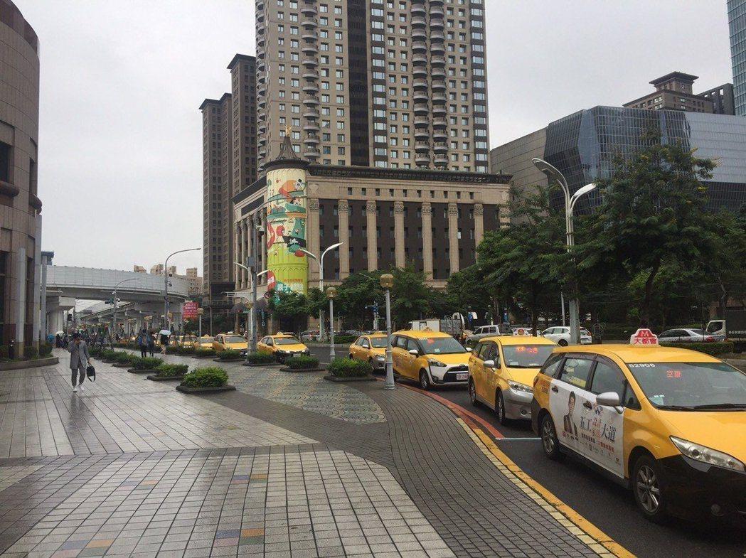 板橋車站南側引道有計程車專用排班區,但因排班車輛太多,常會溢出占據縣民大道「機慢...