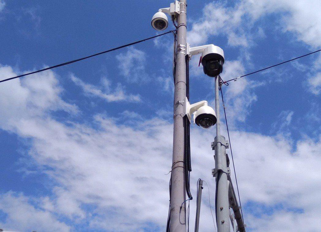 新北市警局引進全台首創「違規停車自動偵測執法系統」,左邊為雷射偵測、右邊上為車牌...