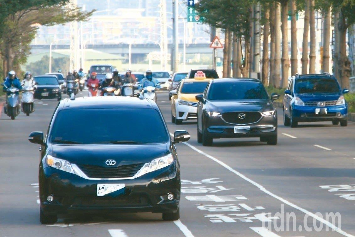 交通部統計資料指出,近5年小客貨車租賃業大增4萬輛車。 圖/聯合報系資料照片
