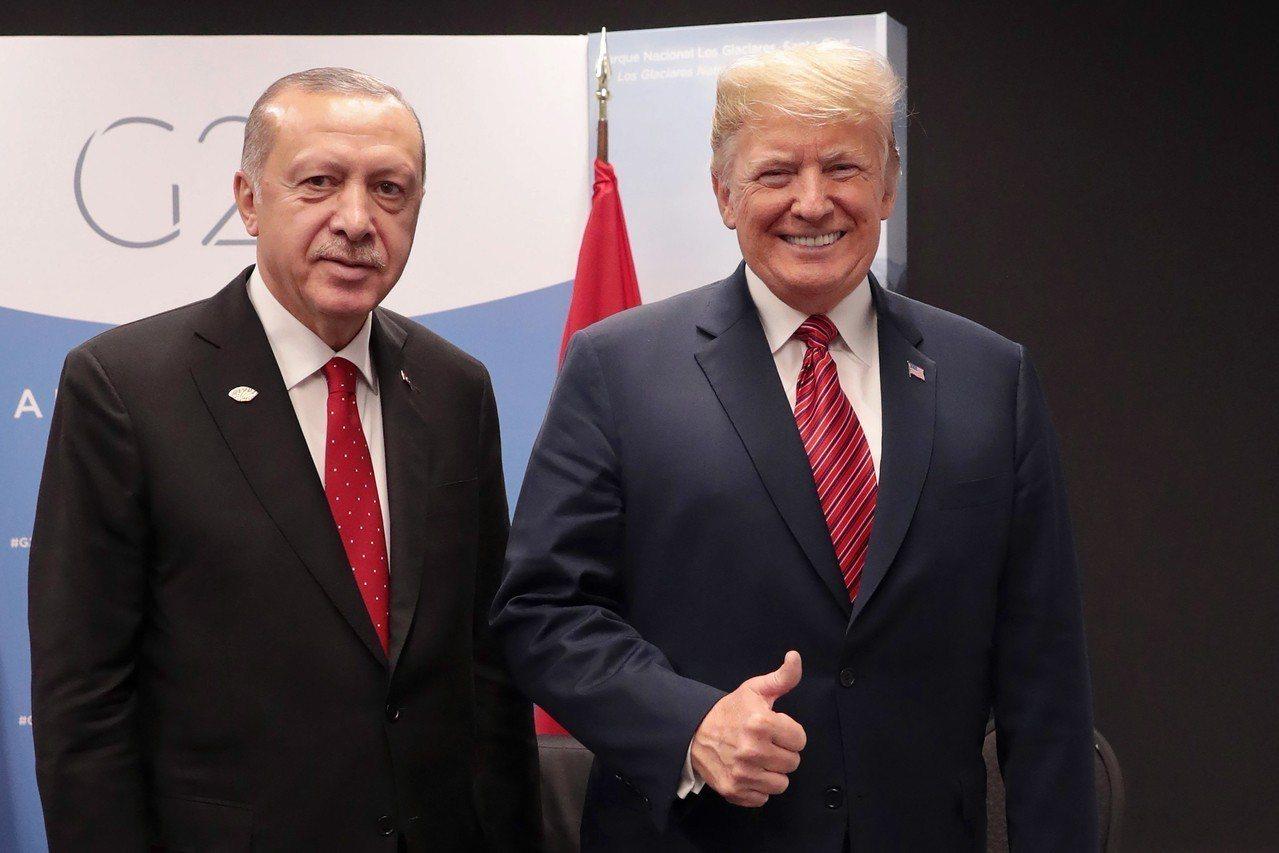 美國總統川普(右)與土耳其總統厄多安10天內兩度通電話。圖為兩人12月1日出席G...