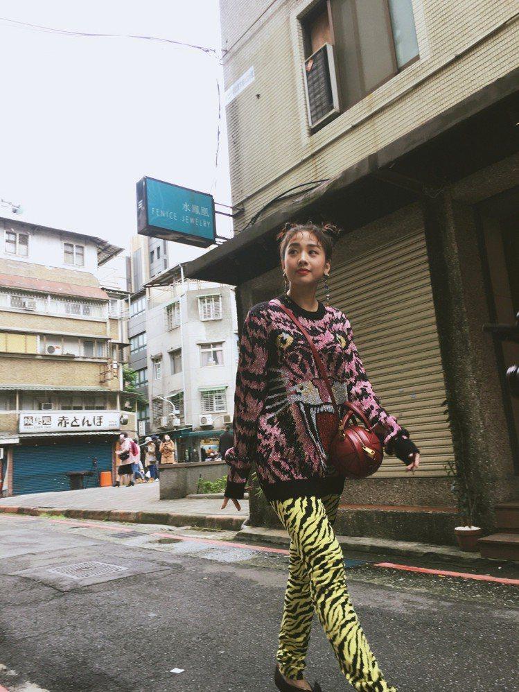 老虎刺繡毛衣,61,400元,豹紋印花丹寧褲,45,600元,黑色蝴蝶結裝飾高跟...