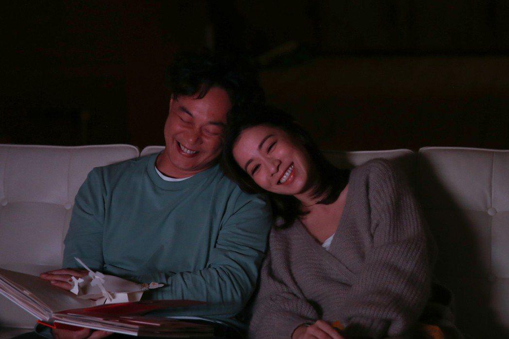 陳奕迅(左)、佘詩曼在MV裡互相依偎,畫面甜蜜。圖/環球提供