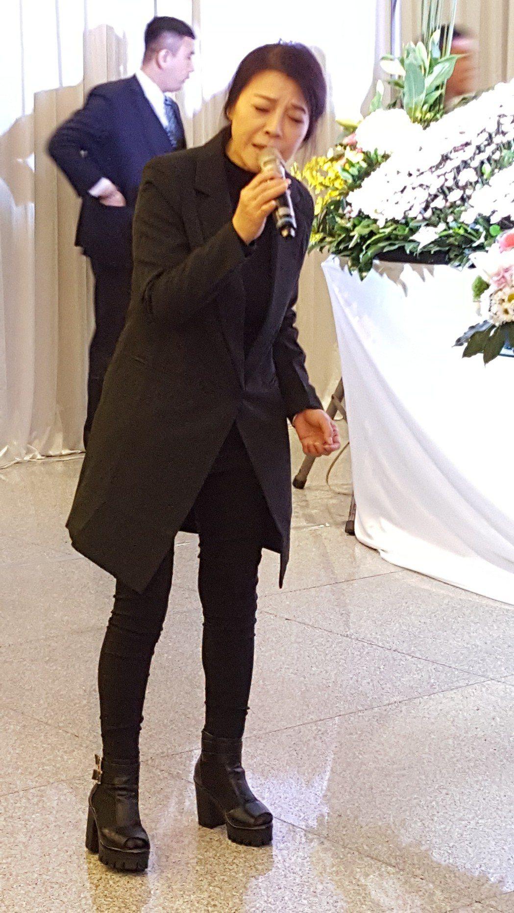 阿娥在告別式上為老公獻唱。記者林怡秀/攝影