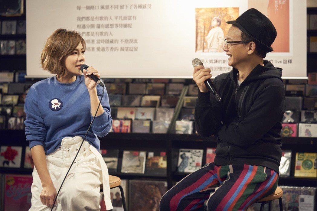 江美琪(左)跟恩師姚謙暢談甚歡。圖/索尼提供