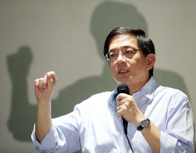葉俊榮今天宣布對台大遴選委員會的決議勉予核定,但要請台大提檢討報告,意即教育部將...