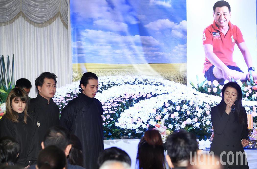 藝人安迪告別式下午在第二殯儀館舉行,遺孀阿娥(右)唱出「攬乎緊」,送給親愛的老公...