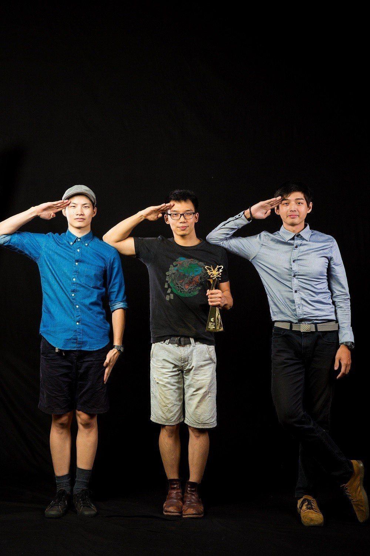 2018台北電影獎最佳短片「洞兩洞六」劇組,主角古峰(右)、導演王逸帆(中)、動...