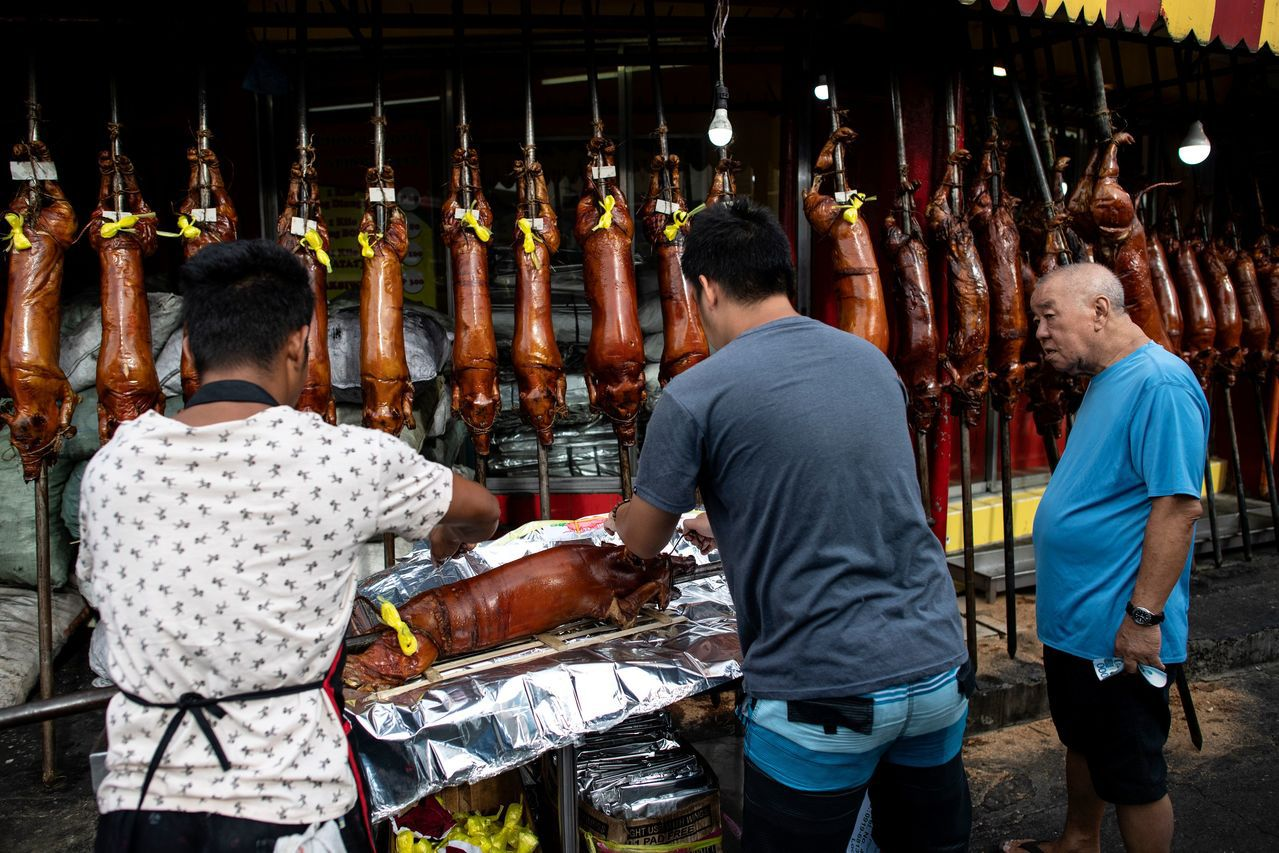 菲律賓慶祝耶誕佳節,許多家庭願意花大錢,在平安夜將整隻烤乳豬端上桌。法新社