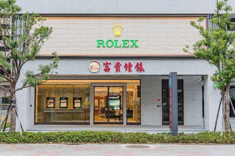 在桃園深耕40年的富貴鐘表,進駐桃園藝文特區開設全新旗艦店,藉以服務更多消費者。...