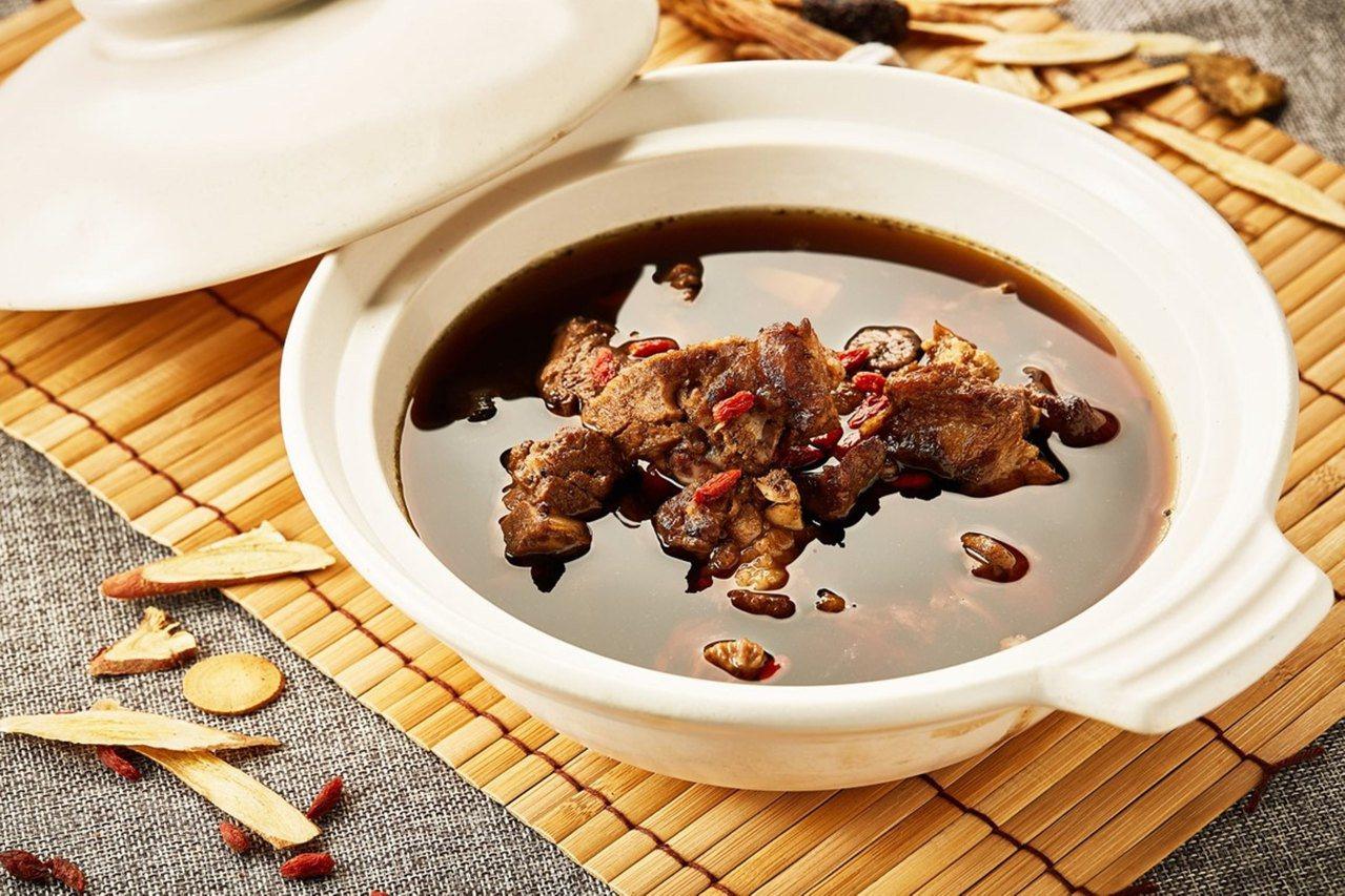 同時提供多款中式燉湯,像是藥燉排骨等,喝一口就立即暖呼呼。圖/王朝大飯店提供