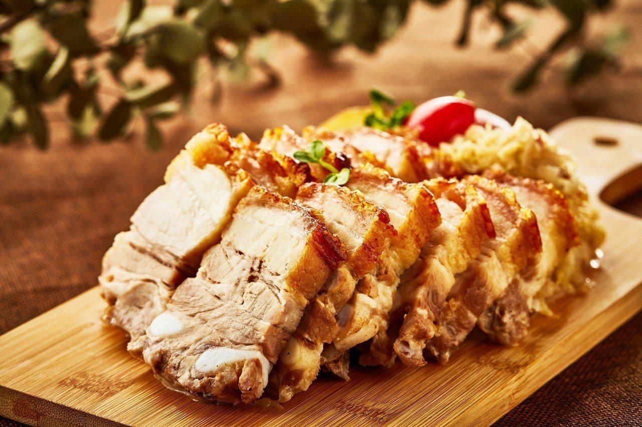 德式經典烤豬選用鮮嫩多汁的五花肉,炸到金黃酥脆。圖/王朝大飯店提供