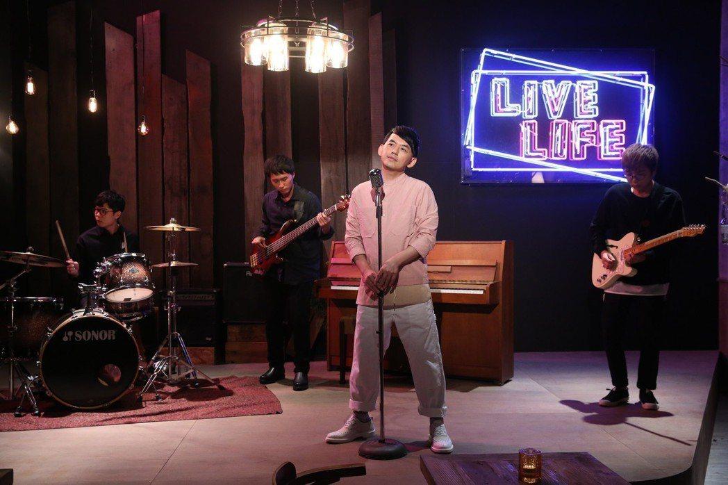 黃子佼在處男作「Live&Life」的10首MV中擔任Live House的老闆
