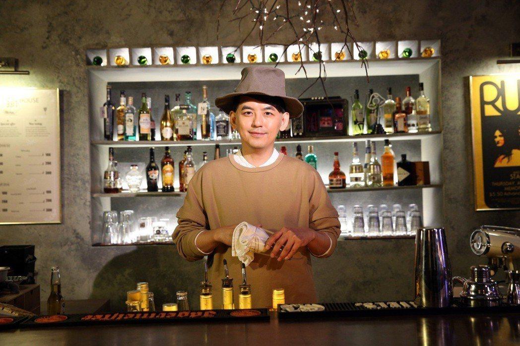 黃子佼在處男作「Live&Life」的10首MV中擔任Live House的老闆...
